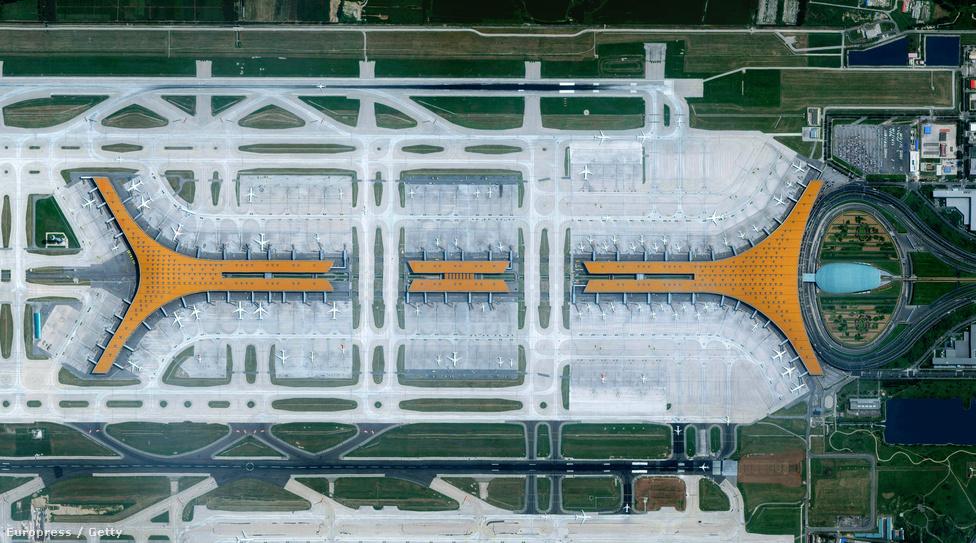 A Pekingi Nemzetközi Repülőtér a világ egyik legforgalmasabb repülőtere. Évente 550-600 ezer fel-és leszállást bonyolítanak itt, de óránként hetven géppel még így is csak a világ hatodik legnyüzsgőbb közlekedési csomópontja.