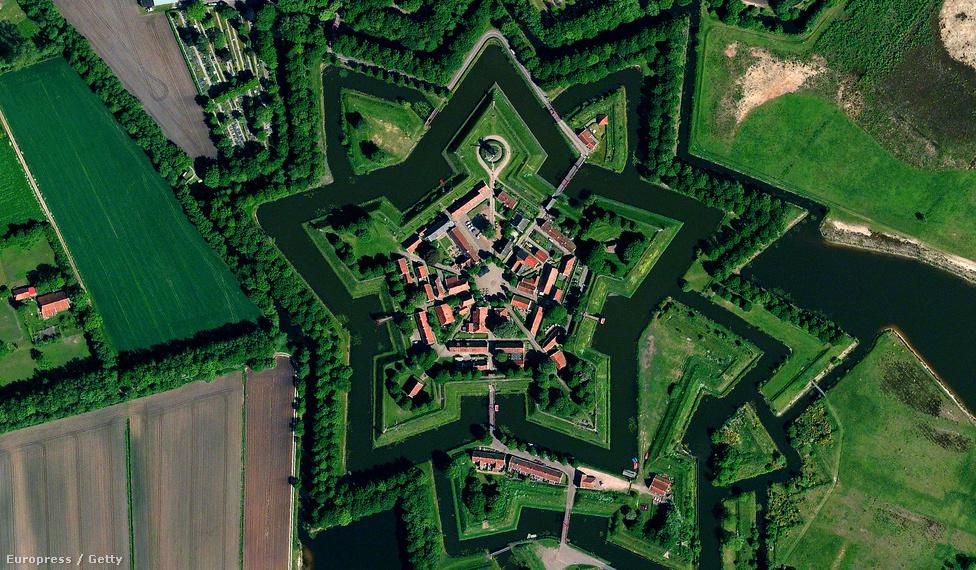 A Fort Bourtange csillag alakú erődrendszere Hollandiában. Az eredeti várat 1593-ban építették, de csak az 1860-as években alakították faluvá. Ma nagyjából 450-en laknak a környékhez tartozó tanyákon.