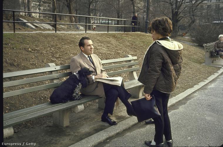 A volt elnök ücsörög egy padon New York-ban
