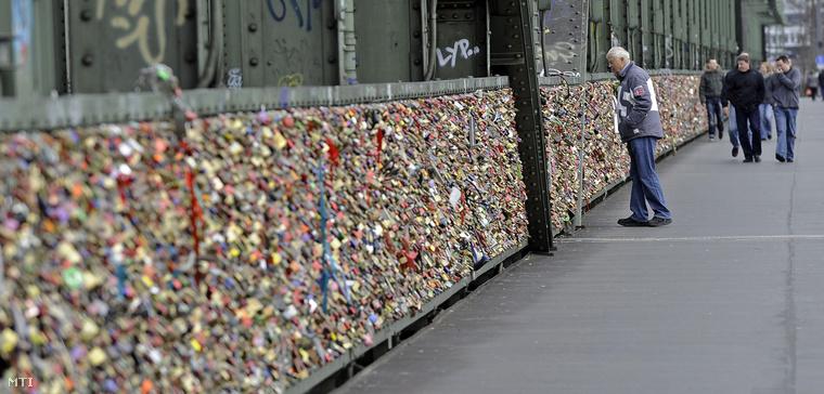 Szerelmesek által felhelyezett lakatok ezrei láthatók egy Rajna folyó feletti vasúti híd kerítésén a németországi Kölnben.