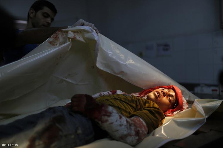 Egy halott palesztin fiút takarnak le az egyik gázai kórházban, augusztus 8-án