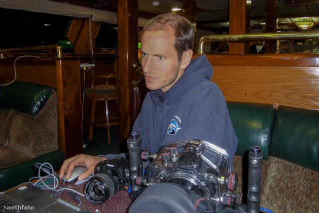 Ő George Probst, mióta szakított, hobbija a fotózás. A cápafotózás