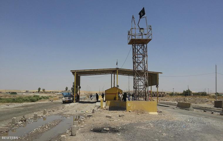 Iszlamista felkelők által elfoglalt ellenőrzőpont Khazerben, a kurd autonóm tartomány határán