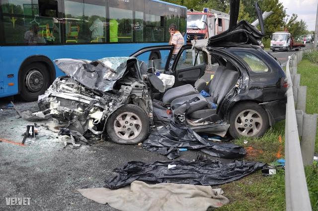 A buszon nyolcan sérültek meg.
