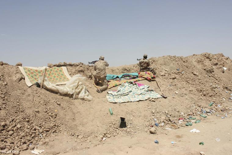 Iraki katonák egy sivatagi ellenőrzőponton