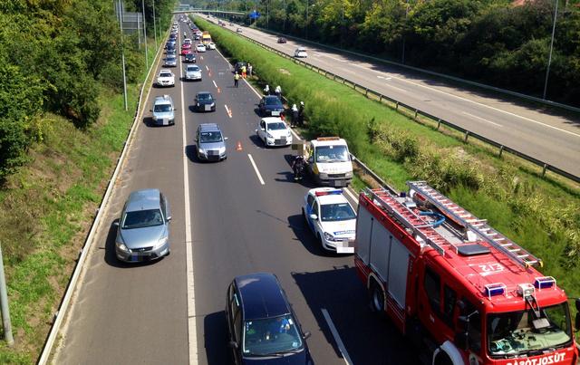 Három autó összeütközött az M7-es autópálya 15. kilométerénél, a Balaton felé tartó sávban.