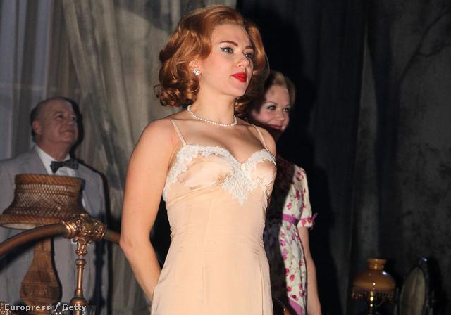 Scarlett Johansson a Macska a forró bádogtetőn című darab címszerepében a Broadway-en 2013-ban