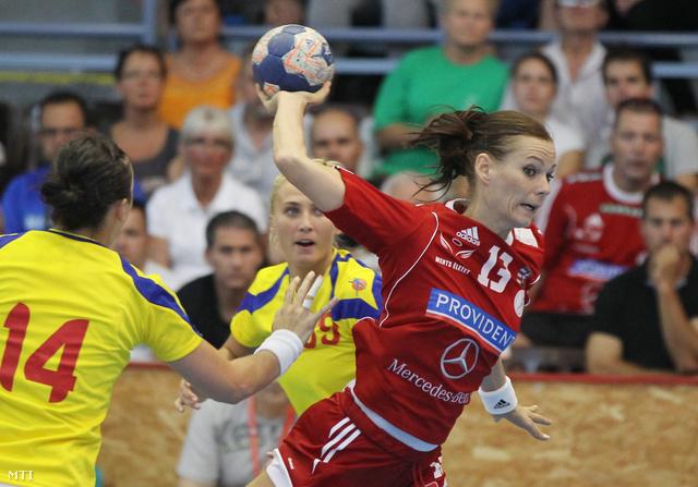 Görbicz Anita (j) és a román Laura Ilona Oltean (b)