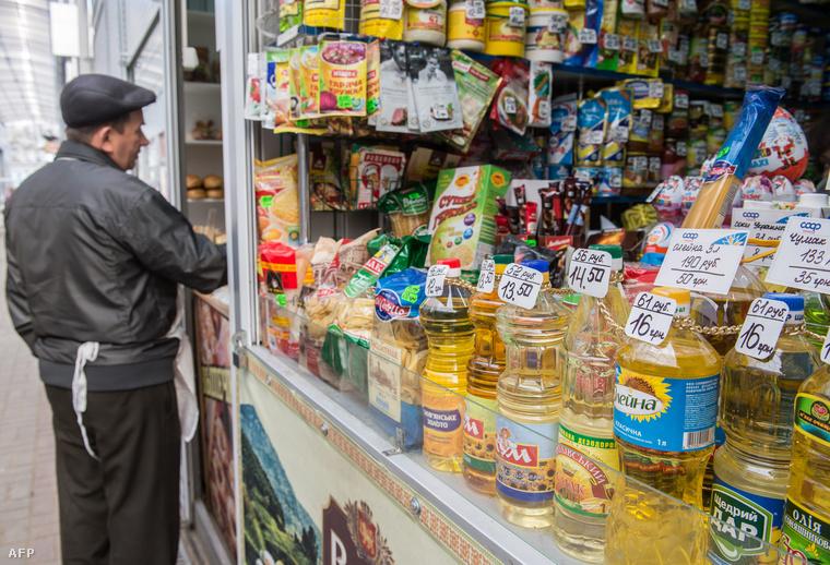 Rubelben és hrivnyában is kiírt élelmiszer árak egy szevasztopoli közért kirakatában