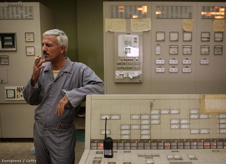Üzemmérnök egy iraki fúrótorony egyik vezérlőtermében