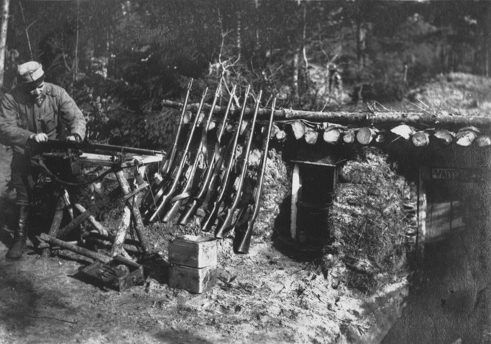 """A 23-asok a harci morált és az étkezést (a kettő összefügg) javítandó saját tehenészetet, cukrászdát (a tiszteknek), kolbászgyárat működtetettek. De ráérős napokra volt kefekötő- és kosárműhely, kézi cséplőgép és faszénégető, továbbá a saját kovács-, lakatos- és asztalos műhely (a hideg és az unalom elűzése ugyancsak lényeges részét képezte a moráljavításnak). Az asztalosműhely gyártja a koporsókat és a fejfákat.                         Kun József Jenő tartalékos hadnagy, hírlapíró, költő, a 23. gyalogezred árvaalapjának megalapítója, a Hadialbum főszerkesztője e sok teendő mellett az új kantin megalapításában is jelentős szerepet játszott, de nem állt meg itt. Kiötlötte azt is, hogyan kéne túllépni a csepp a tengerben jótékonykodáson, mivel már az első két évben vagy ezer család segélyezését kellett megoldani, nem beszélve a 3000 harcképtelenné lett 23-asok sorsáról. E megoldás szerint a 23-asok bajtársi szövetsége """"Adria r.t."""" néven altruista részvénytársaságot állítana fel, melyben a tagság nem jár kötelezettséggel a baká"""