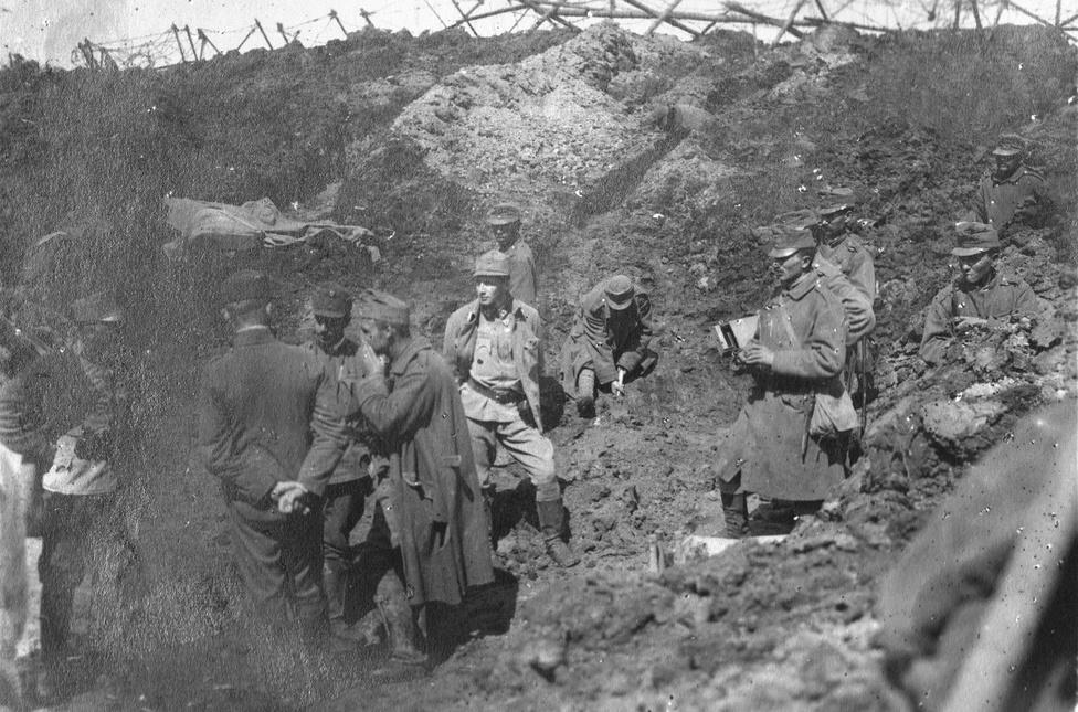 """Hlyadki: egy """"robbantott tölcsért"""" inspiciálnak a kissé meglepett tisztek. Ha az orosz utászoknak sikerült aláfúrni az osztrák állásoknak, robbantottak egyet. Fordítva is megtörtént. Néhány erre szakosodott utász mindig hallgatózott a föld alatt, merre ássák az alagutat, és ha közel jártak, kiürítették. Egy jól sikerült robbantás után semmiből és senkiből nem maradt néhány cafatnál több az állásban."""