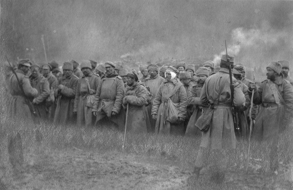 Az oroszoknak sincs nagy kedvük mindig harcolni, időnként egész századok adják meg magukat. A cs. és kir. hadseregben a csehekről mondogatja a pletyka, hogy nem harcolnak, átállnak vagy lelépnek.  A 23. ezred katonáinak ötöde délszláv nemzetiségű – nem a nevek, hanem saját bevallásuk alapján --, Zombor a toborzási körzet központja, az eltűntek közt talán kicsit több is a horvát vagy a szerb név, mint a német vagy a magyar.