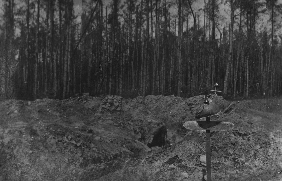 Az acélsisakról azonnal meg lehet ismerni a rögtönzött német sírt. Előző nap beásták magukat az erdővel szemben, kaptak egy támadást, harcoltak, temettek és továbbmentek. Rögtön a szétlőtt futóárok mellett tették a földbe a szakasz két halottját, de nem tömegsírba. A nevüknek is hagytak helyet. Nem mindig van idő ilyesmire.