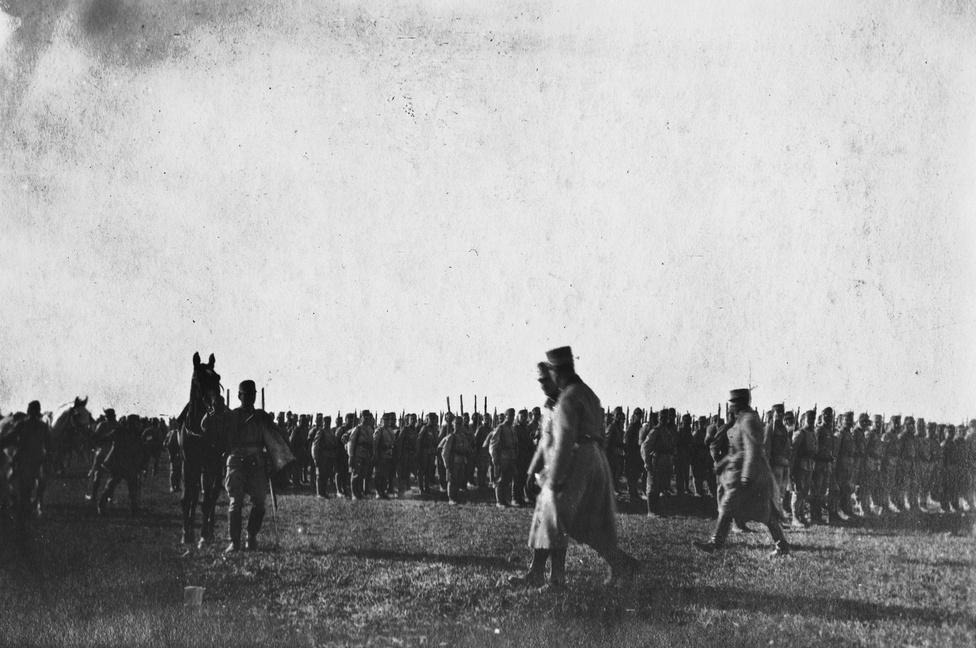 1915 októberében Károly trónörökös meglátogatja az ezredet, Glöckner ezredest csak per szervusz köszönti, mert szolgáltak együtt, és személyesen feltűz néhány legénységi érdemrendet, sőt szót is vált. Nagy a megtiszteltetés, mindenki mélyen meg van hatva. Mire Károlyból király lesz, alig marad valami az eredeti ezredből, azt is német vezénylés alá vonják.