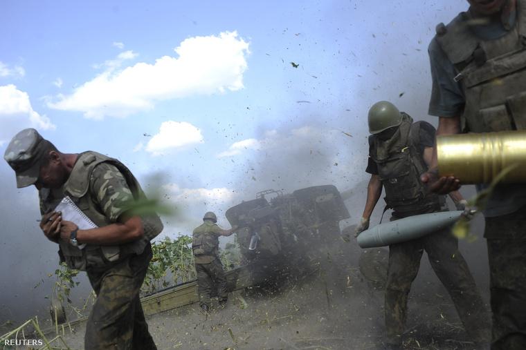 Az ukrán haderő tüzérei az oroszpártiakra lőnek Luhasznk környékén