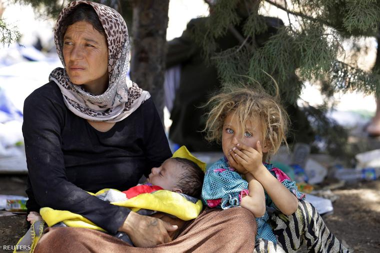 Szindzsárból menekülő jezdi asszony és gyermekei a szír-iraki határon