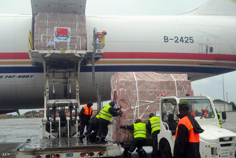 Amerikai gyógyszerszállítmányt emelnek le egy repülőgépről a Conarky reptéren