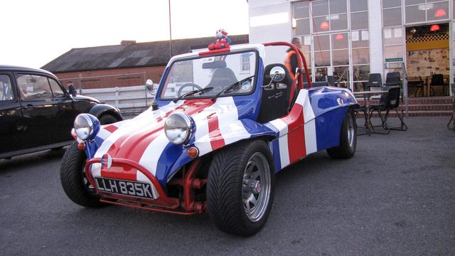 A Buggyt nem értem, de azt érdemes tudni, hogy rövidített tengelytávja van, kétüléses, műanyag kasztnis