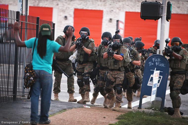A rendőrség hétfőn szorította ki a tüntetőket a város üzleti negyedéből. A rendőrök gumilövedéket és könnygázt használnak a tömegoszlatáshoz. Az összecsapásokban eddig egy tüntető sérült meg súlyosan, két rendőr könnyebben és 35 tüntetőt tartóztattak le.