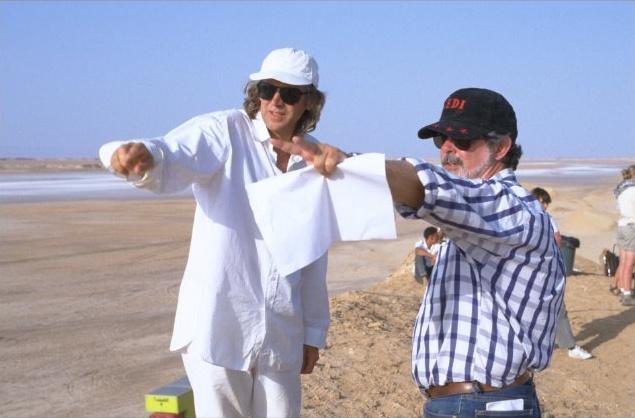 Roger Christian és George Lucas a tunéziai sivatagban, az 1999-es Baljós árnyak forgatásán