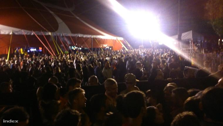 A beragadt tömeg az A38 sátor előtt.