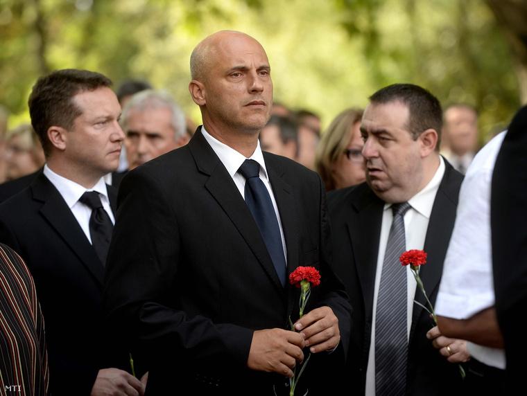 Tóbiás József az MSZP elnöke (k) Ujhelyi István a párt alelnöke (b) és Lukács Zoltán az MSZP frakcióvezető-helyettese (j).