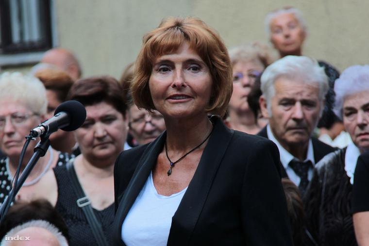 Lendvai Ildikó az MSZP korábbi elnöke mond beszédet Kiss Péter temetésén.