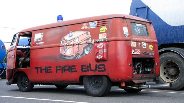 Ha valahol nagy a tűz. Ezzel a Transporterel biztos gyorsan odaérnek, de vigyázni kell, rajtnál könnyen két kerékre áll