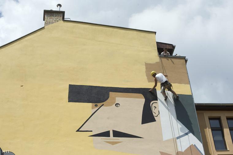 A Színes Város Csoport Rejtő Jenő pincérét ábrázoló falfestménye a Mika Tivadar-ház tűzfalán, 2013. május 15-én.