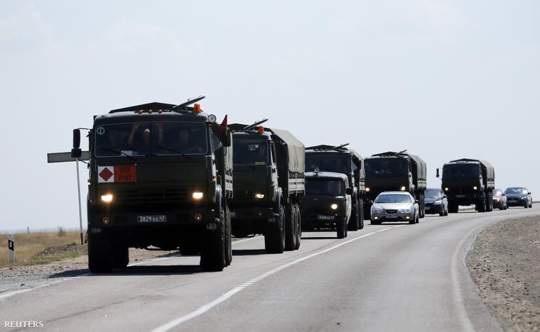 Orosz katonai konvoj a kelet-ukrán határnál