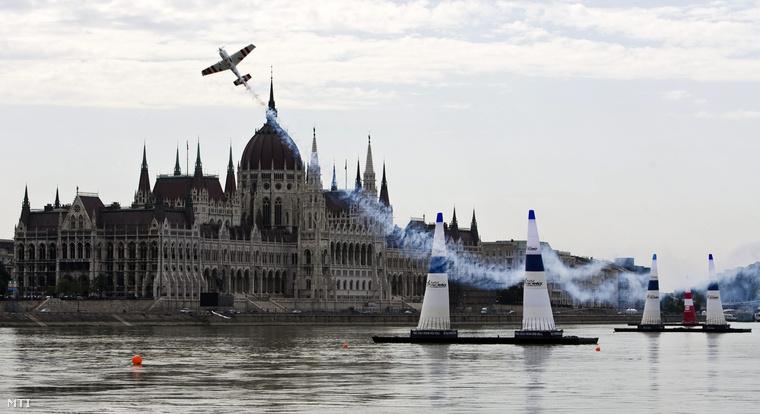 Red Bull Air Race nemzetközi műrepülő vereseny a Duna felett, 2009. augusztus 20-án.