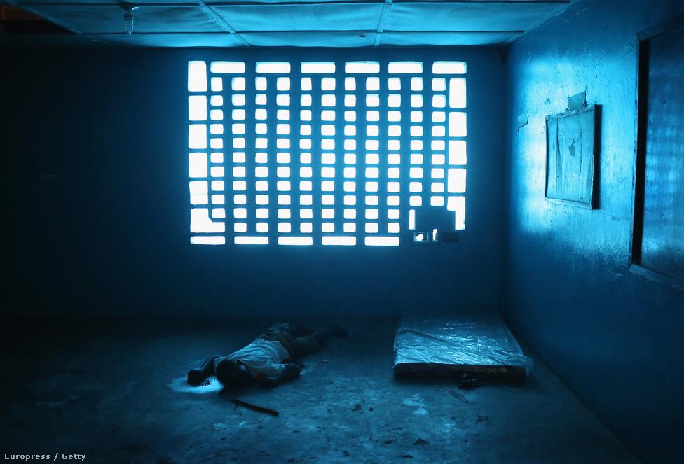 Holttest az iskolateremből rögtönzött karanténszobában. A karanténban sokszor tünetmentes hozzátartozók is együtt laknak a betegekkel.