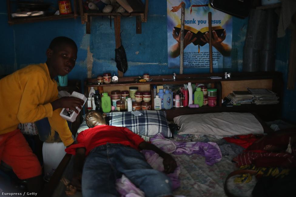 Monroviai szoba-konyha: készülődés a karanténra. Az ebolavírus a nevét a kongói Ebola folyóról kapta. 1976-ban a folyó mellett lévő falu volt az egyik áldozata két, egy idejű járványnak (a másik Szudánban volt). Az ebola hat ismert törzse közül öt kerülhet át emberekre, ezeket mind Afrikában találták. A hatodik, Reston-vírus egy majompopulációban terjedt, de emberek nem terjedt át.