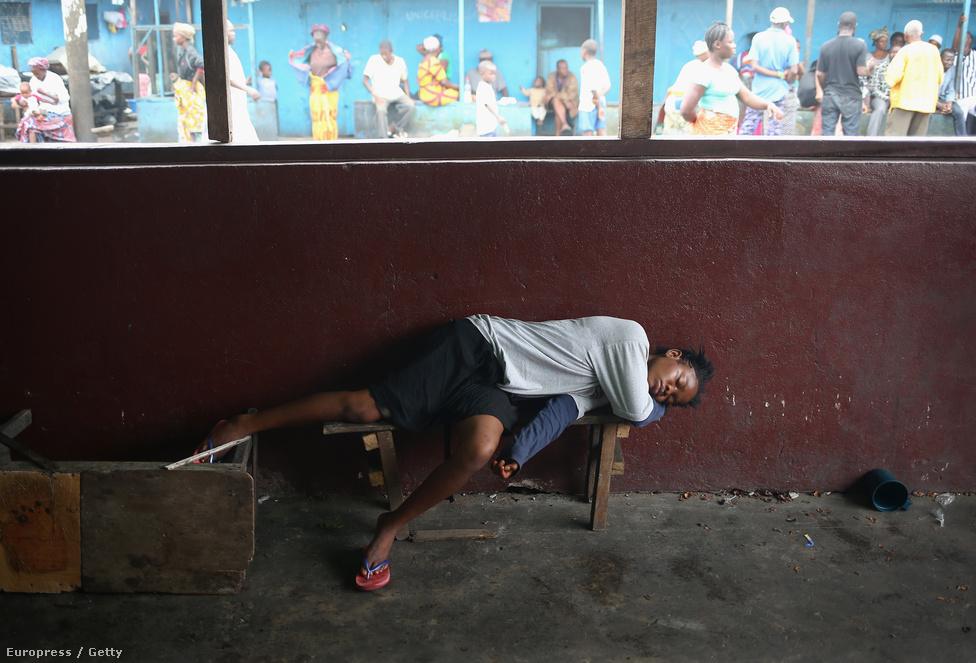 Egy beteg lány fekszik a karanténban, miután édesapja aznap reggel ugyanott meghalt.