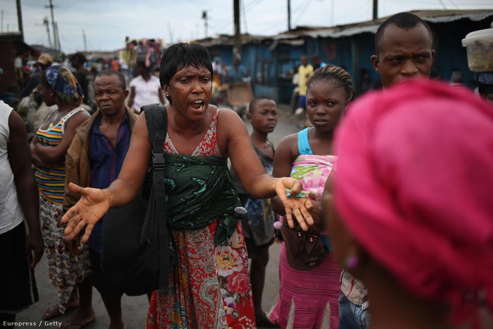 Batu Flowers arról győzködi a helyieket, hogy az ebola igenis létező betegség. A helybeliek közül sokan meg vannak győződve, hogy az ebola rémhír, amit a kormány azért terjeszt, hogy nemzetközi segélyeket tudjanak besöpörni. A halottakat látják, de azt hiszik, mindennapi betegségek végeznek az emberekkel, mint a malária.