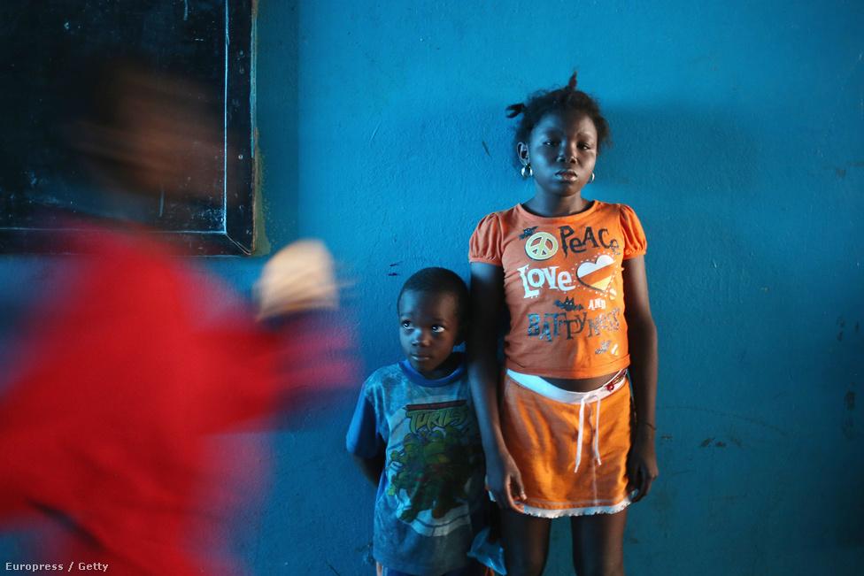A 15 éves Sowe és egy másik gyerek a karanténban, mely eredetileg iskolának épült.