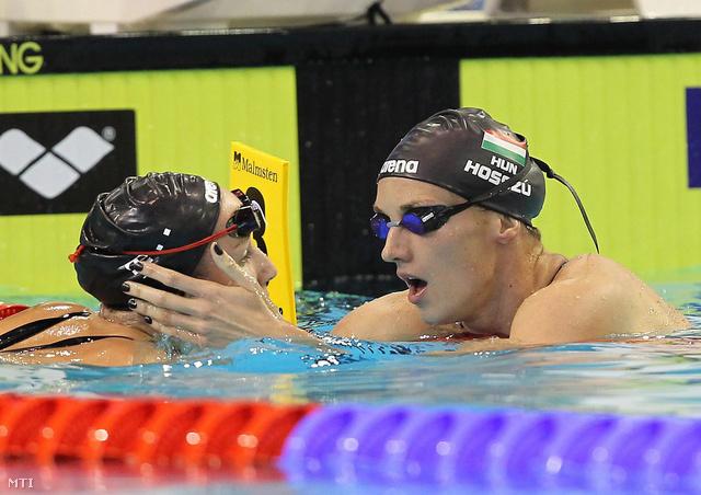 A győztes Hosszú Katinka (j) és Verrasztó Evelyn a célban a 400 méteres vegyes úszás döntőjében.