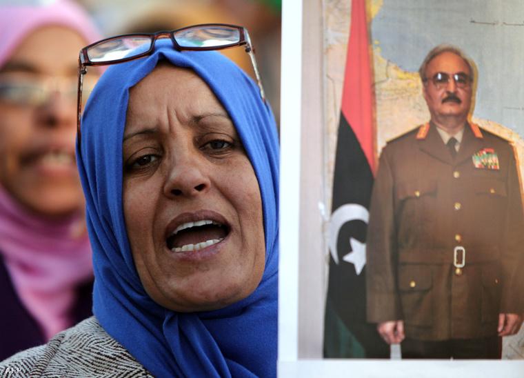 Halifa Haftár lázadó tábornok fotójával tüntető nő februárban