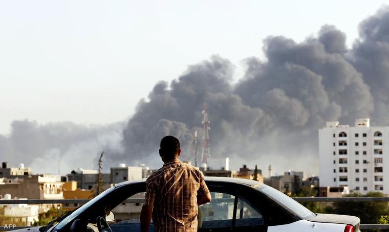 Füstölő benzinkút Tripoliban, ami a fegyveres összecsapások következtében gyulladt ki