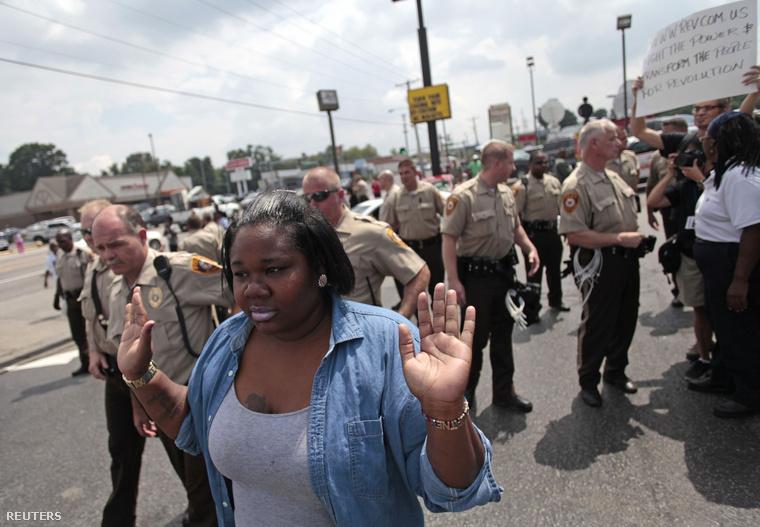 Tüntetőt vezetnek el a rendőrök Fergusonban