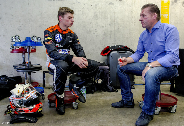Max Verstappen beszélget volt Forma-1-es pilóta édesapjával, Jos Verstappenel.