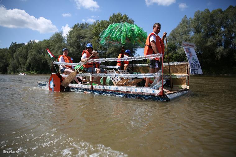 A vízügyesek feldíszített vízibicikli meghajtású hajója.