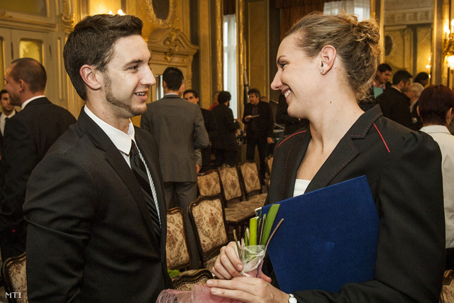 Shane Tusup (b) és Hosszú Katinka úszó (j) beszélget az Emberi Erőforrások Minisztériumában 2012. november 14-én.