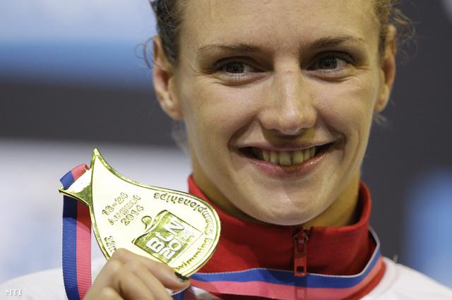 Az aranyérmes magyar Hosszú Katinka a női 400 méteres vegyesúszás eredményhirdetésén a berlini úszó Európa-bajnokságon 2014. augusztus 18-án.