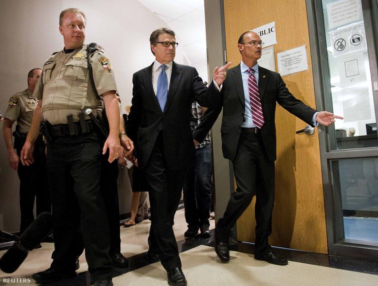 Rick Perry (középen)
