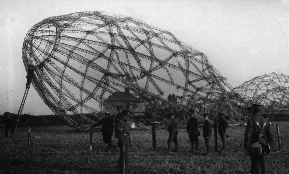Az Essexhez közeli partoknál lezuhant és kiégett zeppelin 1915-ből. A fém váz nagyjából sértetlen maradt, de mivel a léghajókat hidrogénnel töltötték meg, minden más, éghető anyag, köztük a személyzet is elpusztult, ha egy ilyen gép találatot kapott. A németeknek bombázókötelékeik is voltak zeppelinekből, elég sok közülük hasonló véget ért, főleg mikor az antant katonái speciális gyújtólőszerrel kezdtek lőni rájuk.