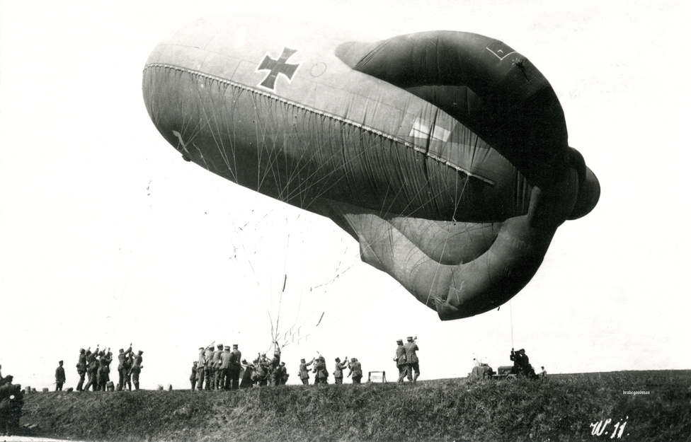 Ae 800-as típusú német megfigyelőballont eresztenek fel a kezelők 1917. szeptember 17-én valahol a nyugati fronton. Bár a ballonokat előszeretettel támadták mindkét fél vadászrepülői, a német ballonok körül mindig erős légvédelmi tűz fogadta a hívatlan látogatókat. Az Ae 800-as amúgy a francia Caquot-ballon másolata volt, nagyobb magasságokban is stabil maradt. 300 és 1200 méter között használták, 1918-ra már olyan szerkezetet is kitaláltak, ami néhány perc helyett néhányszor tíz másodperc alatt csévélte vissza a földre a ballont. A levegőbe 4-5 embert vihetett fel egyszerre, a földi személyzet 48 főből állt.