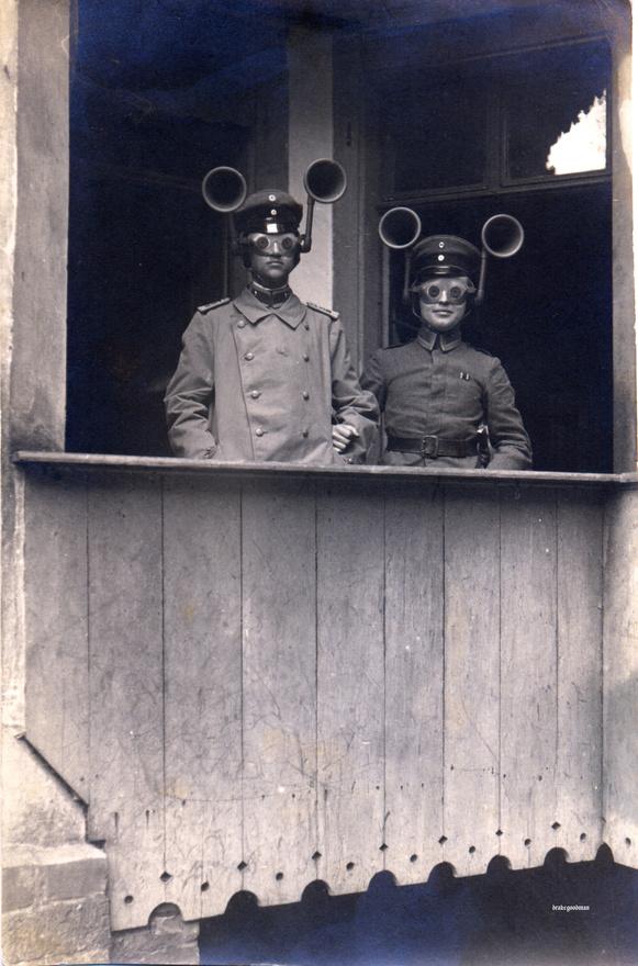 Halláserősítő tölcsérekkel felszerelt sisakban szolgálatot teljesítő német katonák 1916 augusztusából. A kép láttán tévesen azt gondolnánk, hogy a légelhárítás katonáit látjuk, de a két férfi a tüzérségnél szolgált, a légvédelem pedig a légi szolgálat feladata volt, így valójában ötlete sincs senkinek, miért is állt ez a két ember a fején azokkal a furcsa szerkezetekkel. Talán a polgári lakosság védelmével voltak megbízva, akkoriban még a légiriadó is gyerekcipőben járt, ahogy ezt egy másik képen mindjárt látni is fogjuk.