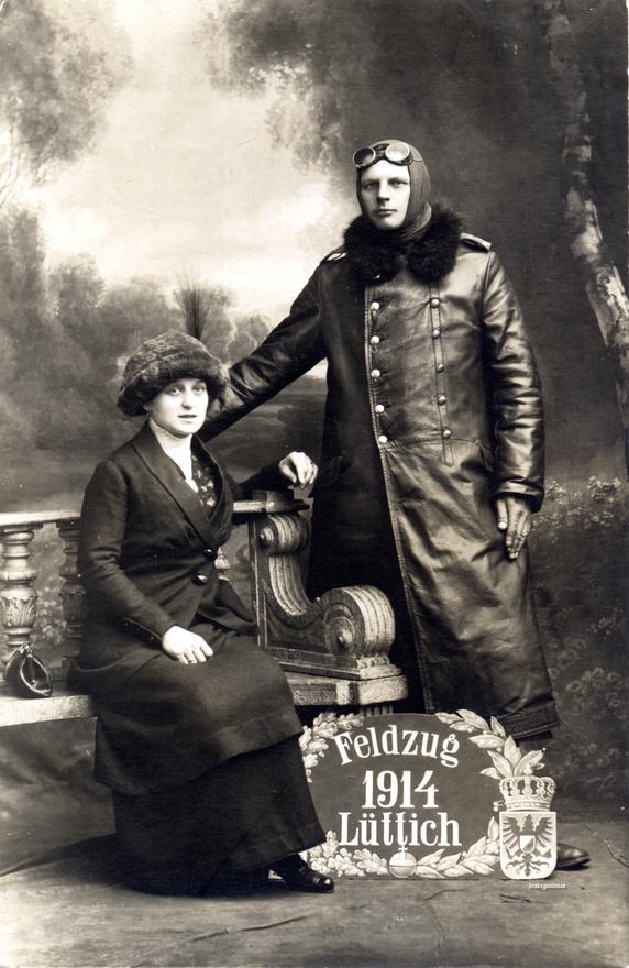 Ez a kép csak látszólag ábrázol egy pilótát és egy hozzá köthető nőt, valójában sokkal valószínűbb, hogy egy, a háború vége felé született, és az 1914. augusztus 5-én kezdődött liege-i csatának állít emléket. Ez lehetett az egyik első olyan csata, ahol a harcoló felek repülőgépeket vetettek be, a német támadás előtt egy nappal ugyanis repülőkről szórt röpiratokkal terrorizálták a helyi lakosságot. A kép már csak azért is gyanús, mert a pilóták már akkor sem hordtak hosszú szabású kabátot.
